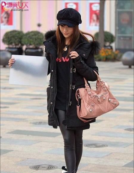 帅气工装风格搭配粉色包包