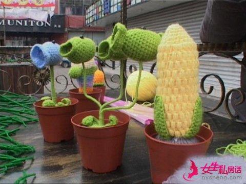 情人节将至 小伙编织玫瑰热卖南京
