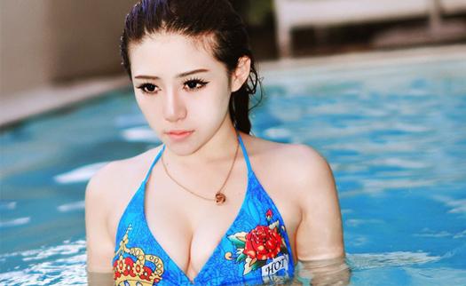 在泳池里戏水的美女