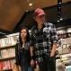 甜蜜到爆!黄秋生和妻子逛书店全程紧贴妻子