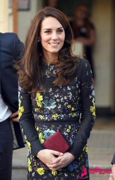 凯特王妃手拿包与衣服的搭配技巧