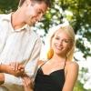 男人必看!女人逛街爱挽手是什么心理?