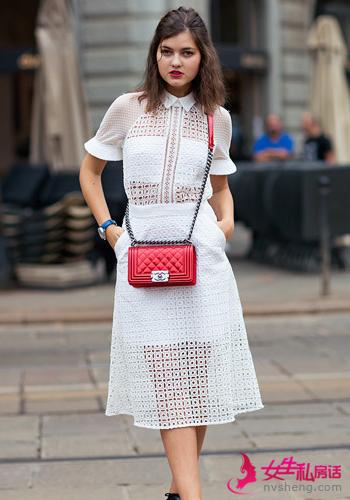 搭配示范:米白色厚雪纺大衣+米色蕾丝镂空连衣裙