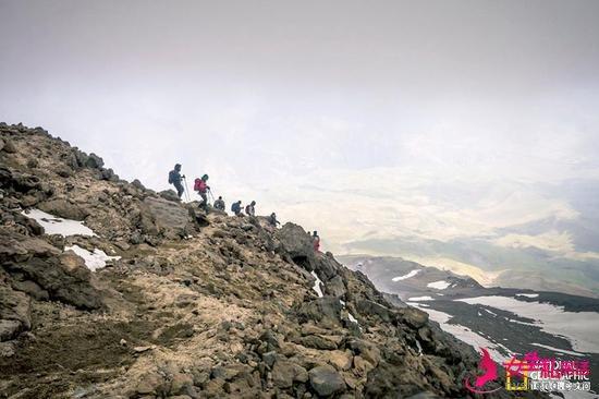 """登山爱好者正从中东最高峰""""德马峰""""上迂回而下。"""