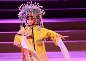 陆毅女儿贝儿表演京剧 小花旦很美