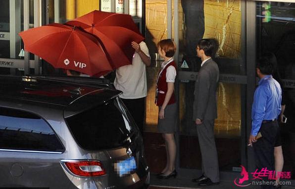 陈赫一家三口罕见同框 打伞防止妻女被偷拍(图)