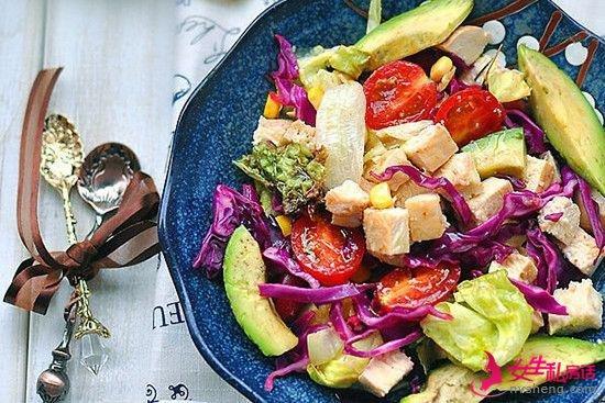 长期食用牛油果搭配蔬菜沙拉能丰胸减肥抗衰老。