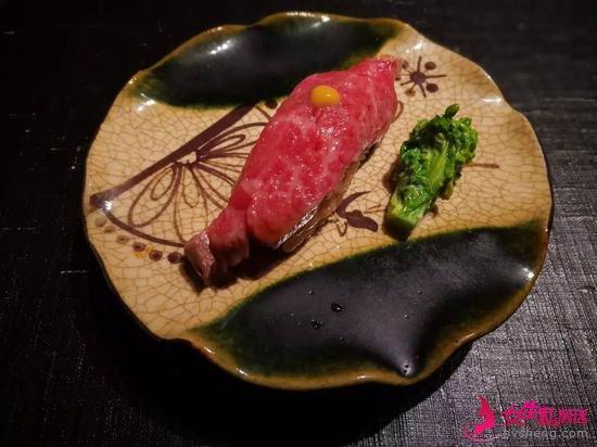 东京牛肉料理店的和牛寿司/阔夫塔