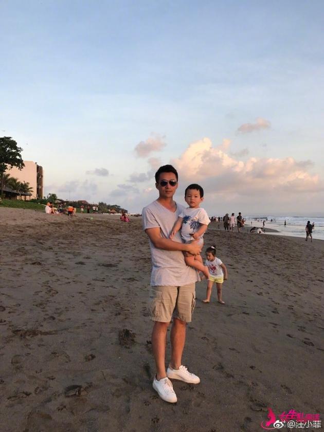 汪小菲带儿子海边游玩