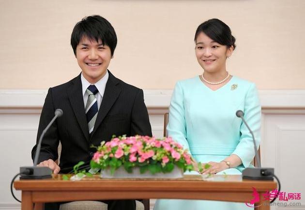 记者见面会上的秋筱宫长女真子公主(右)与小室圭