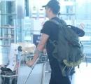 吴京谢楠带儿子现身机场 吴京伤病复发拄双拐