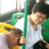 丈夫公交车上睡着 妻子这举动感