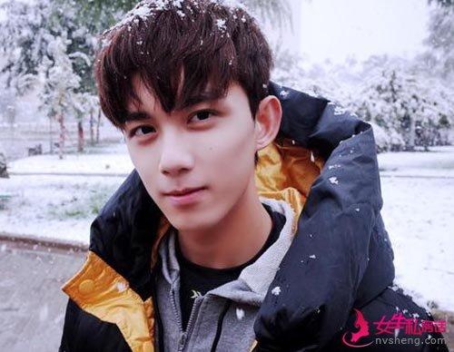 吴磊晒初雪照片 笑容灿烂又帅又暖