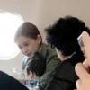 Angelababy抱儿子搭飞机 小海绵