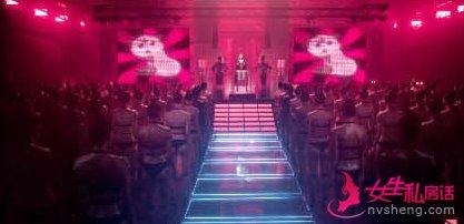 霉霉变成女王站在台上,台下是一群站的整整齐齐的身材超好的机器人