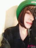 杨幂晒短发新造型 绿色毛线帽把皮肤衬得很白皙