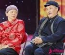 61岁赵本山回老家过年,跟亲戚朋友炕头聊天,画面其乐融融!