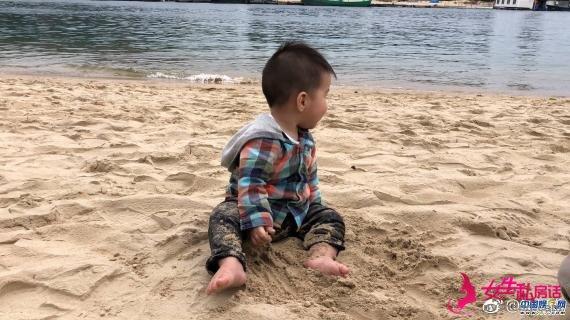 孙茜老公蔡远航晒儿子萌照 海边玩沙软萌可爱