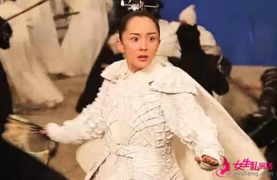 杨幂的假发被发型师突然拿掉 网友:发际线又刷新了