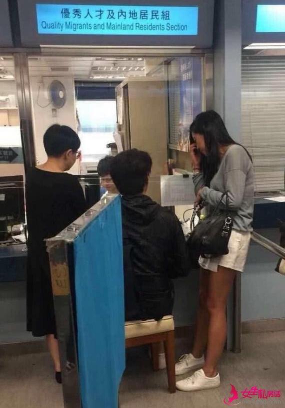 定居香港?靳东现身香港移民署 网友:只是办理签证续签
