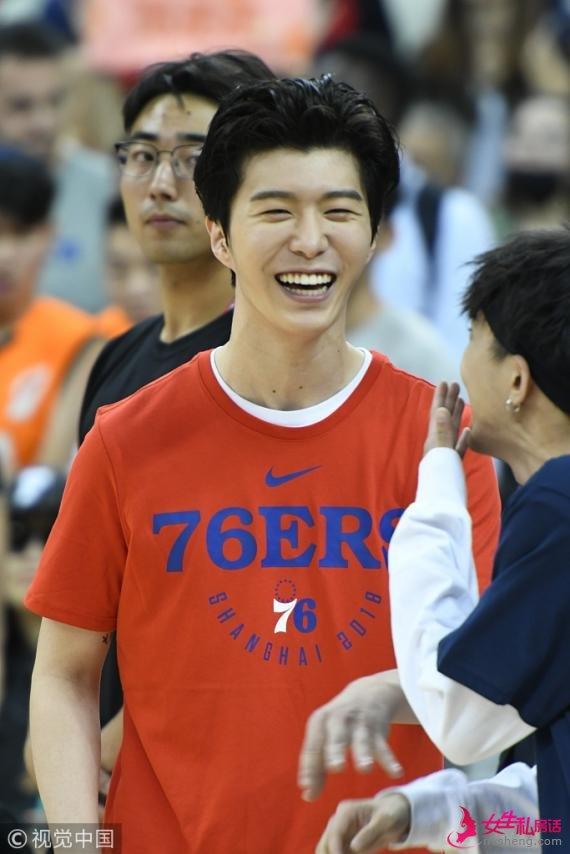 范丞丞不受姐姐影响 NBA球迷日大秀球技露齿大笑