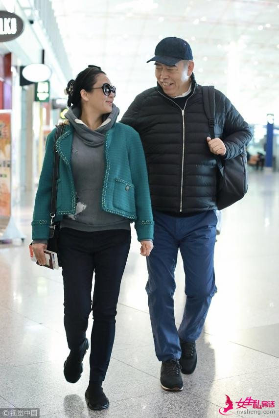 满满都是爱!陈凯歌陈红夫妇机场搂肩对视