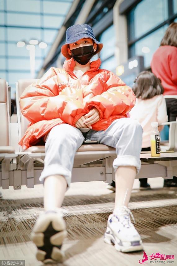 """杨超越变""""橙色锦鲤""""口罩遮面难掩笑意 露脚踝坐姿豪迈"""