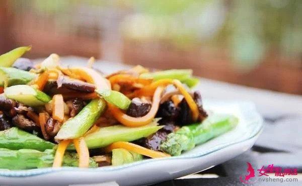 美食推荐:红烧素鸡,香菇炒芦笋,鲜虾炒韭菜的做法