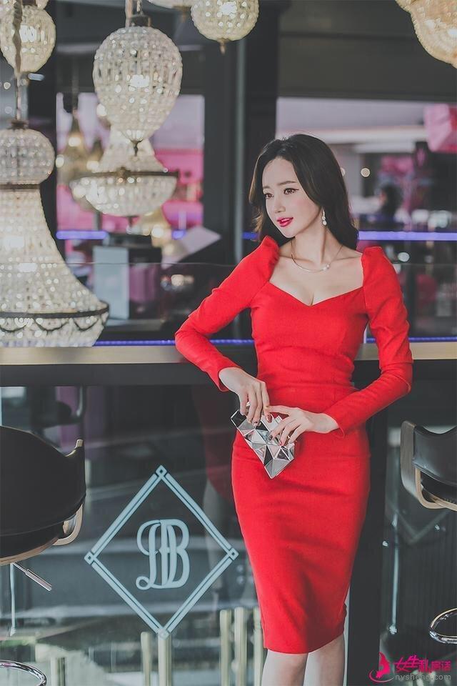 出席宴会试试李妍静身上这件连衣裙,搭配高跟鞋彰显你的名媛气质