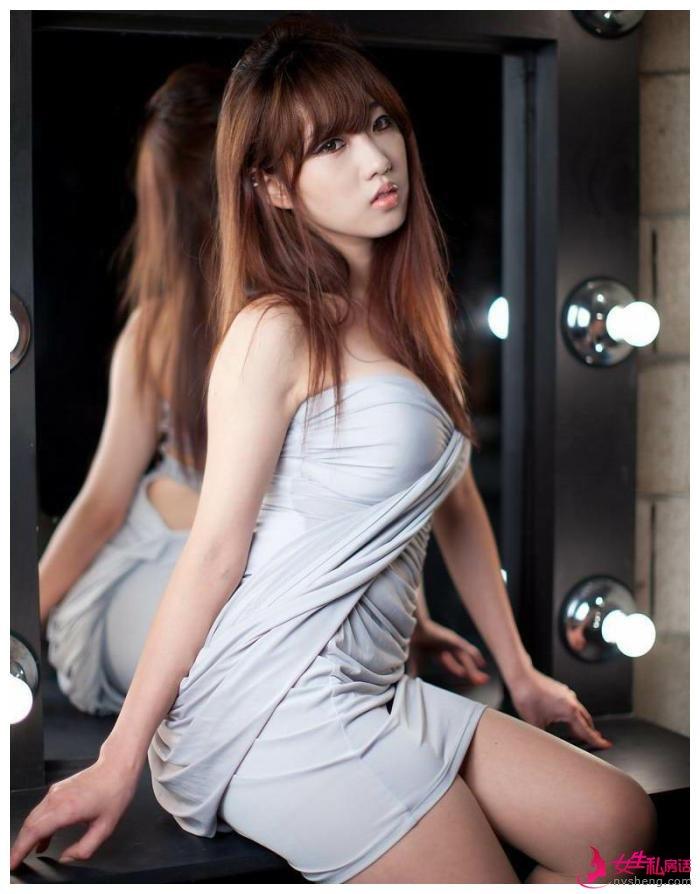 连衣裙穿出成熟气质韵味十足,美女丰满迷人妖娆身姿性感动人