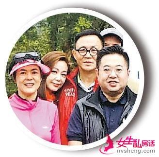 拍大合照时,李家辉(戴眼镜者)才悄悄与太太王馨平站在人群中,十分低调。