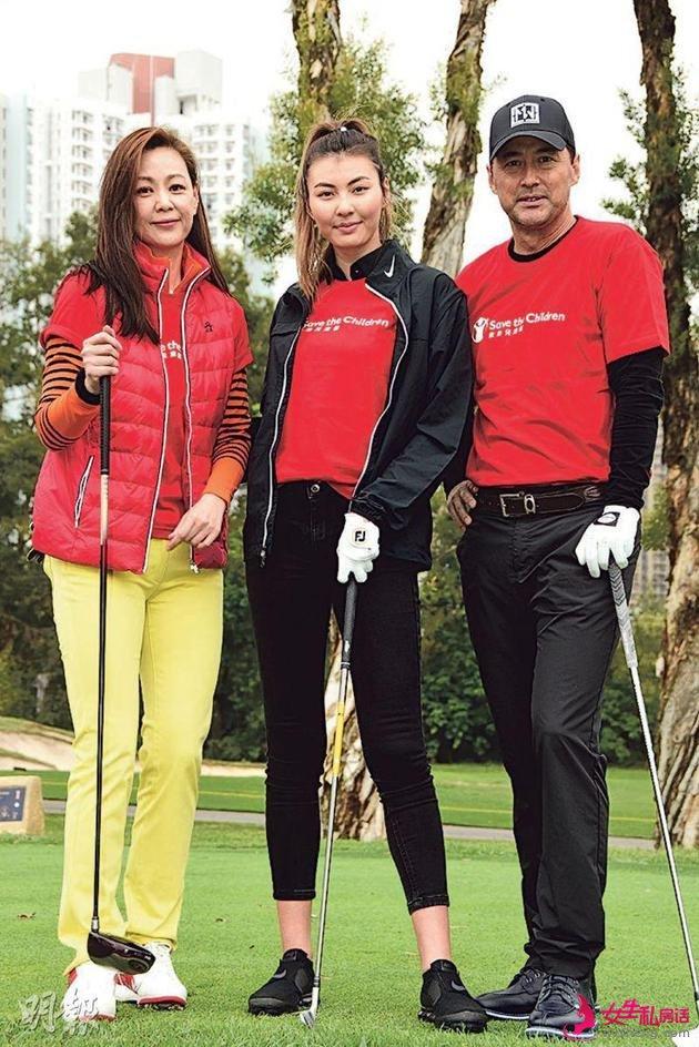 王馨平(左)、王敏德(右)与女儿王丽嘉(中)出席高尔夫球慈善活动。