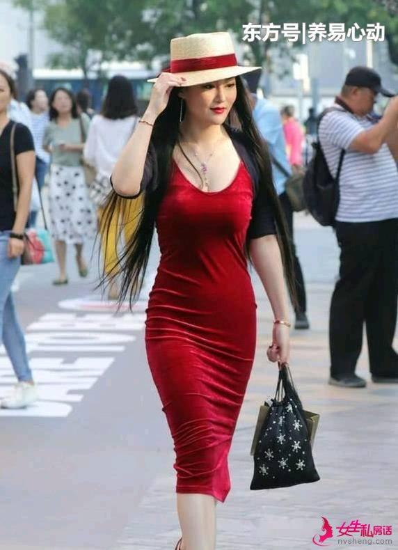 街拍美女:装扮新颖,充满潮范,