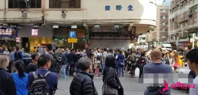 大批香港市民围观。