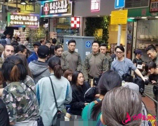 据围观网友称,现场香港市民虽然很多人对倪妮不太熟悉,但因为倪妮的美貌所以很多人想要与她合影。