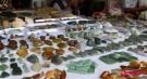 我国边境一珠宝市场:玉石简直白