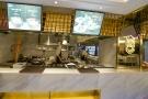 这家店居然用八口黑铁大锅煮土菜