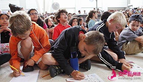 """美国""""阿特兰蒂斯""""号航天飞机宇航员与纽约儿童分享太空经历。(新华社)"""
