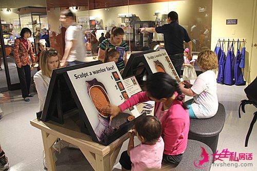 在美国印第安纳波利斯儿童博物馆,家长带着孩子体验兵马俑制作过程。(新华社)