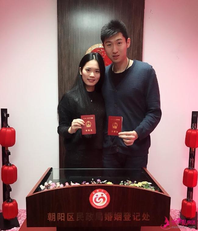 张秉龙和妻子领取结婚证