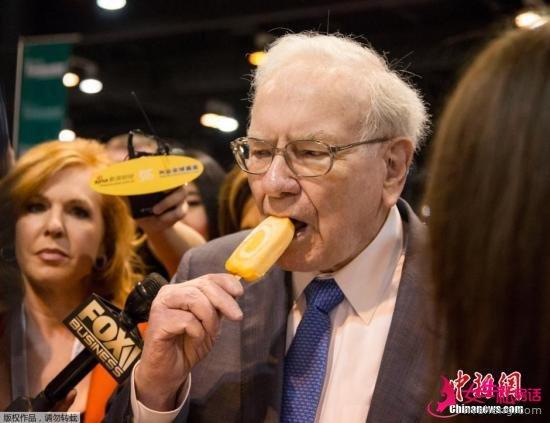 资料图:巴菲特在股东大会上吃冰激凌。