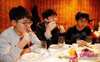 赵南均和金昌勋也把鸭舌头送进口中