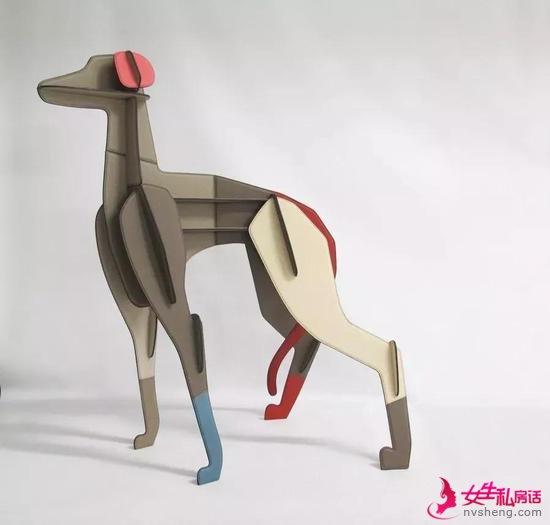 用皮革制成猎犬雕塑