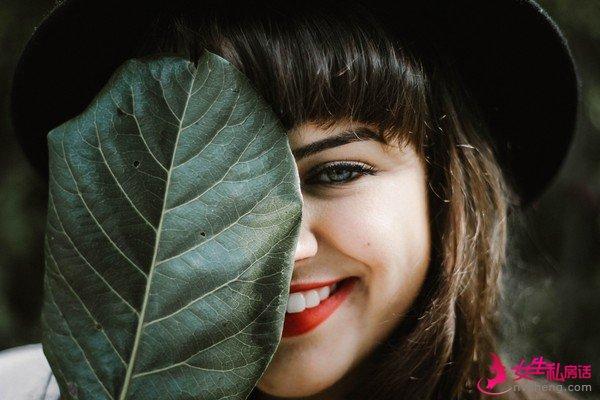 a–2woman,leaf,smile。(圖/取è‡a免è2»åœ–åo«Unsplash)