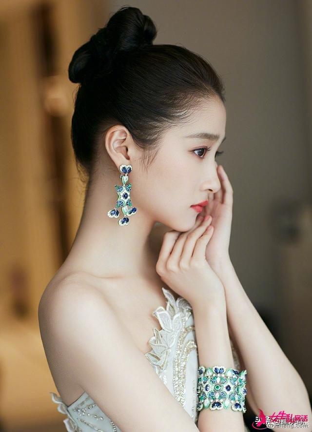 关晓彤晒最新戛纳美照,身穿一袭薄荷绿抹胸礼服非常惊艳!