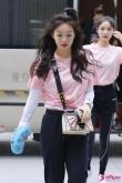 徐梦洁也太可亚洲影片av第1页了,打底衫叠穿粉色T恤,头顶扎小辫俏皮感十足