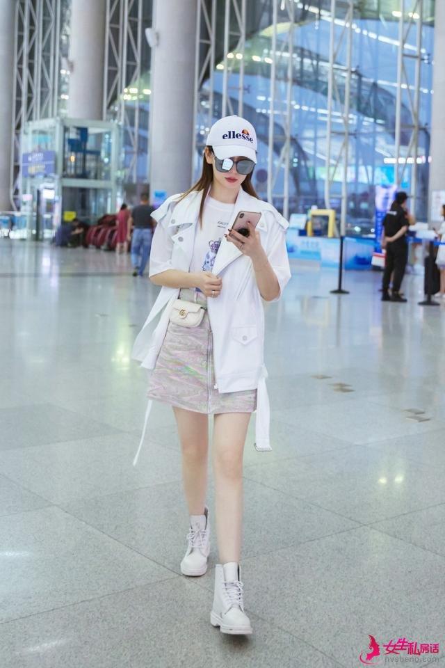 戚薇现身机场,穿A字裙短靴秀 漫画腿 ,低头玩手机变网瘾少女