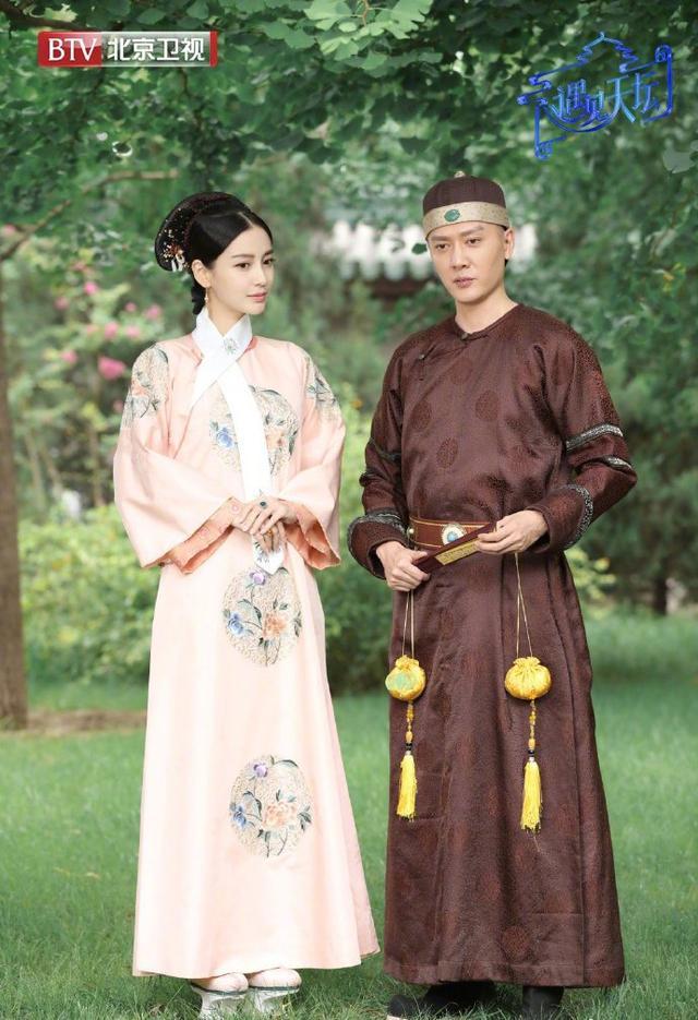 baby冯绍峰首度演清宫剧,粉色清装温柔美艳,怎么办过于洋气不讨喜