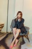 43岁赵薇再当导演,格子西装打扮脚踩芭比粉高跟,瘦回来穿衣更美