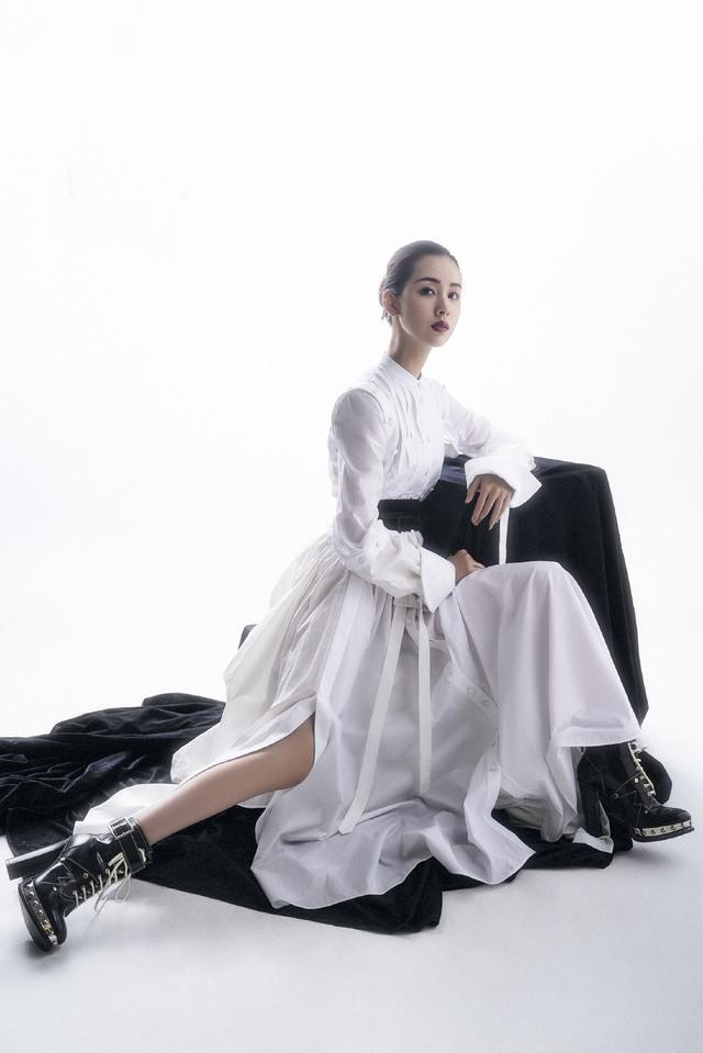 26岁陈都灵美得老练诱人,穿V领轻纱裙合影熊梓淇,几乎太配了